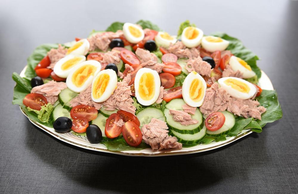 Tunfisk salat med egg fra minihøner Ingredienser: 6 Egg (hardkokte) Salat blader ½ Rollosalat Cherrytomater (delt i 2) ½ Agurk (skivet) 80 g Oliven (svarte) 1 bx Tunfisk i vann (eller olje) Dressing (Valgfritt): 2 ss Olje (oliven) 1 ss Sitronsaft ¼ - ½ ts Salt