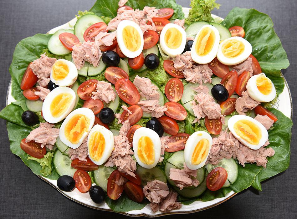 Tunfisksalat med egg fra minihøner Ingredienser: 6 Egg (hardkokte) Salat blader ½ Rollosalat Cherrytomater (delt i 2) ½ Agurk (skivet) 80 g Oliven (svarte) 1 bx Tunfisk i vann (eller olje) Dressing (Valgfritt): 2 ss Olje (oliven) 1 ss Sitronsaft ¼ - ½ ts Salt