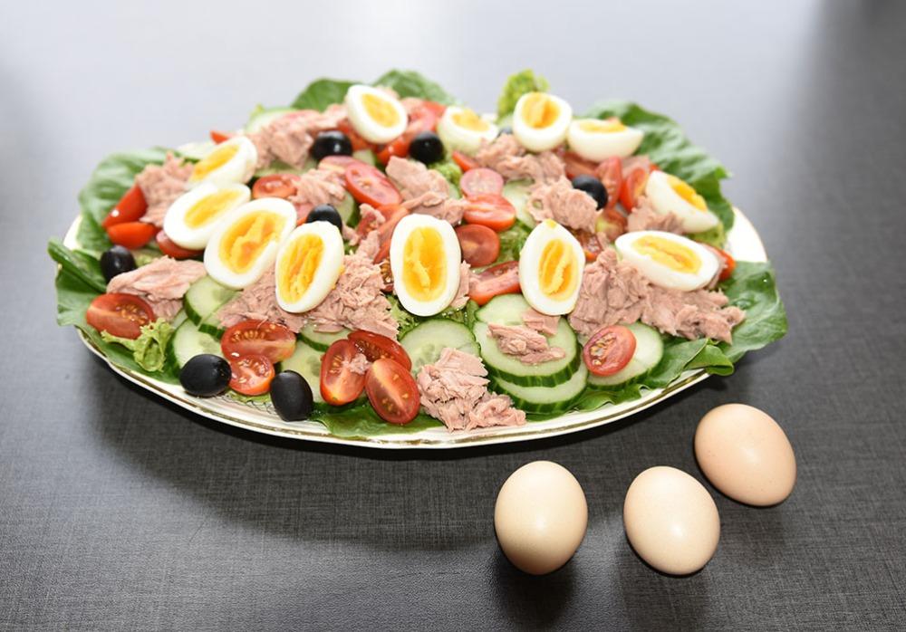 Tunfisk salat med egg fra dverghøns Ingredienser: 6 Egg (hardkokte) Salat blader ½ Rollosalat Cherrytomater (delt i 2) ½ Agurk (skivet) 80 g Oliven (svarte) 1 bx Tunfisk i vann (eller olje) Dressing (Valgfritt): 2 ss Olje (oliven) 1 ss Sitronsaft ¼ - ½ ts Salt
