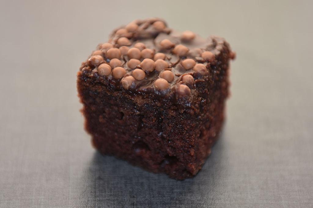 Alidas supersaftige sjokoladekake Ingredienser: 400 g Smør 4 ½ dl Vann 8 ss Kakao 7 dl Sukker 1 bx Rømme 8 dl Hvetemel 2 ts Natron 4 Egg Glasur: 100 g Smør 4 ss Kakao 6 ss Melk Ca. 300 g Melis Kakepynt / kakestrø