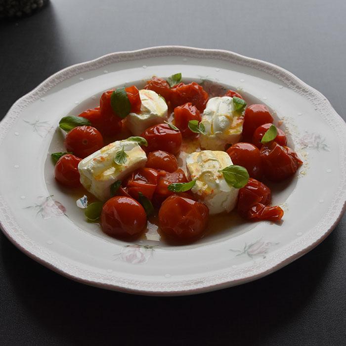 Caprese salat med en tvist (tomater med philadelphia) Porsjoner Tid Vanskelighetsgrad 4 - 8 15 min. Enkel Ingredienser: 200 g Cherrytomater 4 ss Olje (oliven) 4 x 80 g Philadephia oster Basilikum Salt Slik gjør du: 1 Sett ovnen på 200 grader 2 Ha tomatene i ei ildfastform - Drypp over olivenoljen - La dem steke i ca 5 min. (200 grader) Til tomatene er blitt myke 3 Legg opp de små ostene på et serveringsfat - Hell over de varme tomatene, og - Hell over den varme oljen 4 Legg på Basilikumblader, og - Server