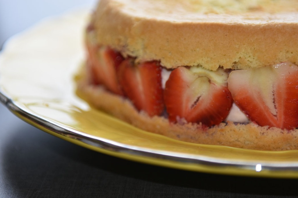 Jordbærkake med jordbærmousse og jordbærmarengs Ingredienser : Bunn 4 Egg 1 dl Sukker 1 ss Vaniljesukker 1 ½ dl Hvetemel ½ dl Potetmel 1 dl Jordbærjuice (til dynking) Jordbærmousse 3 pl Gelatin 2 dl Kremfløte 2 Eggeplommer ½ dl Melis 150 g Jordbær (friske) FYLL 150 g + 12 Jordbær (friske) 2 ts Sitronsaft (presset) Jorbærmarengs: . 50 g Jordbær (friske) 1 dl Sukker 2 ss Vann 2 Eggehviter