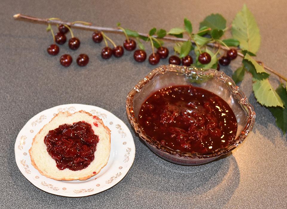 Kirsebærsyltetøy Ingredienser: 1 ½ l Kirsebær (sure) 1 dl Vann 6 dl Sukker ca. 1 ½ ts Syltepulver (Tørsleffs) - valgfritt
