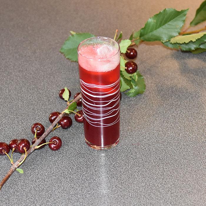 Kirsebærsaft på bær fra hagen Ingredienser: 2 l Kirsebær 4 dl Vann 250- 500 g Sukker (pr. liter saft) 1 krm Natriumbensoat (Vagfritt)