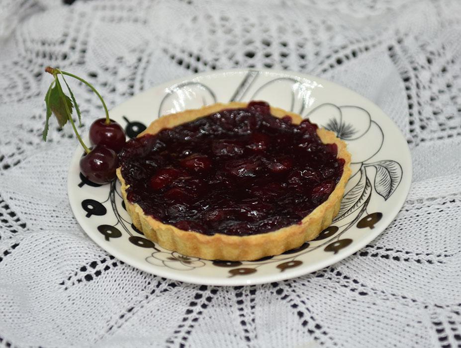 Små kirsebærpaier Ingredienser: Bunn: 125 g Margarin 50 g Melis 1 Egg 250 g Mel 3 ss Vann Fyll: 10 dl Kirsebær (uten stein) 2 ½ dl Sukker ½ dl Maisenna