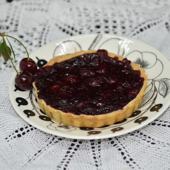 kirsebærpai Ingredienser: Bunn: 125 g Margarin 50 g Melis 1 Egg 250 g Mel 3 ss Vann Fyll: 10 dl Kirsebær (uten stein) 2 ½ dl Sukker ½ dl Maisenna