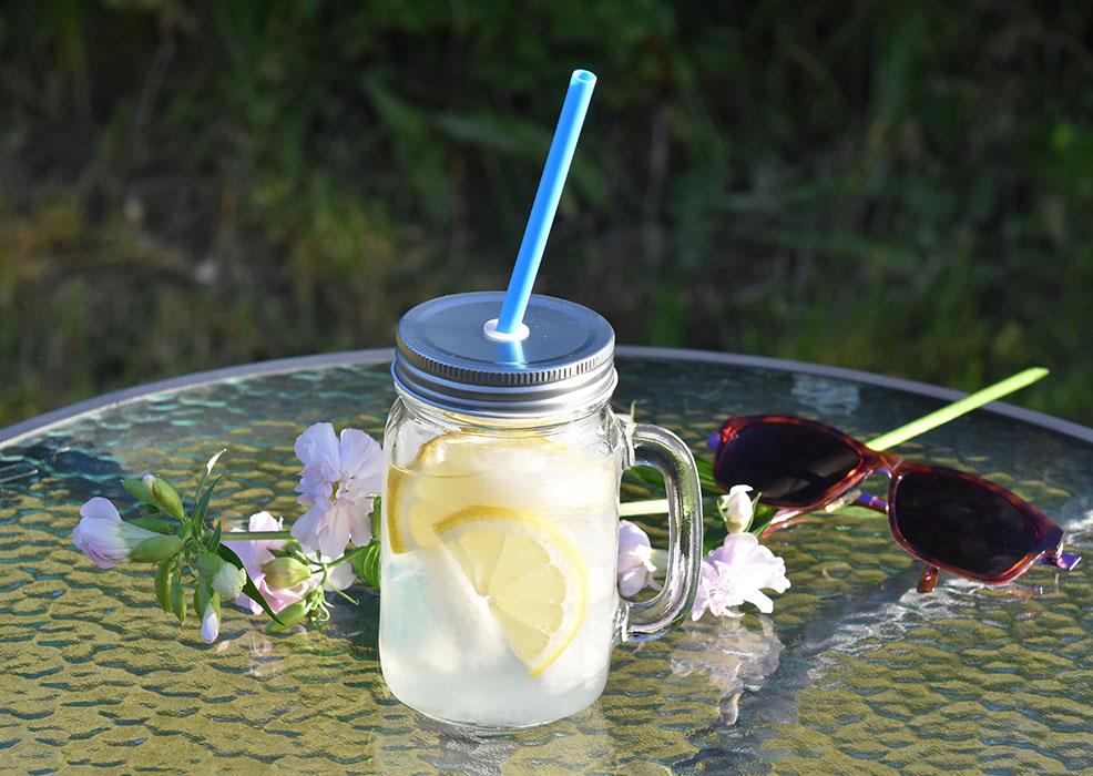 Lemonade - Limonade Ingredienser: 10 dl Vann 1 - 1½ dl Sitronsaft (ca. 2 sitroner) 1- 1 ½ dl Sukker Isbiter og sitronskiver