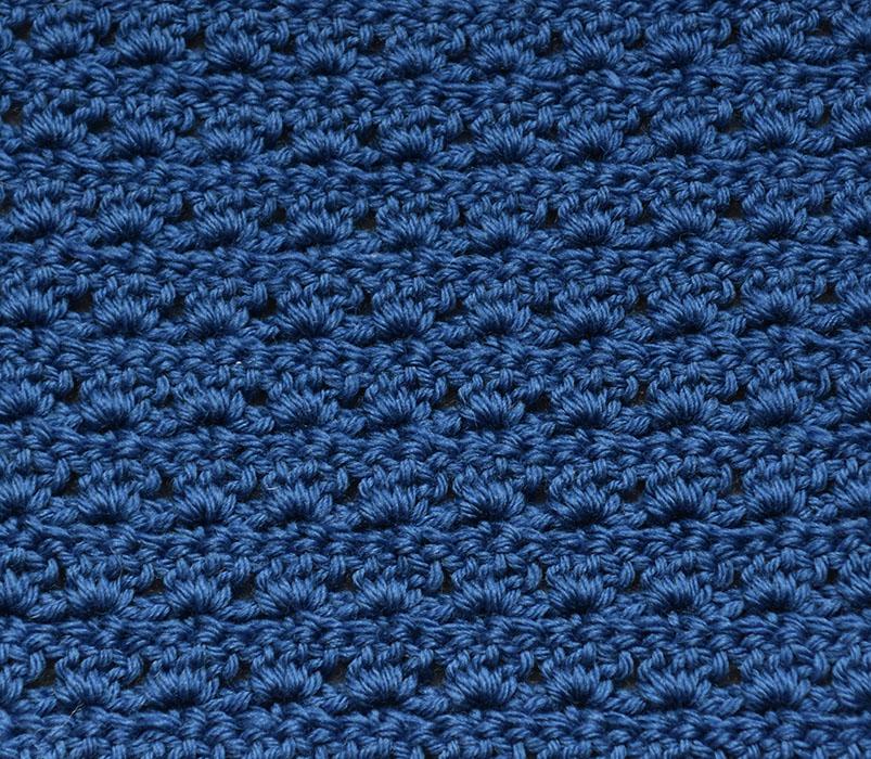 Lotusmønster - mønstervariasjon med fastmasker og staver Slik hekler du Lotusmønster - (mønstervariasjon med fastmasker og staver) - Legg opp et antall luftmasker (lm) delbart med 3 + 1, 1 lm til å snu med Rad 1: - 1 fastmaske (fm) i 2 maske (m) fra nålen. - *2 lm, hopp over 2 m, 1 fm i neste m* GJENTA fra * til * raden ut, snu med 3 lm. Rad 2: - 1 stav (st) i første fm - *3 st i neste fm* GJENTA fra * til * raden ut, men avslutt med 2 st i siste fm. Snu med 1 lm. Rad 3: - 1 fm i første st - *2 lm, 1 fm i den andre av de 3 st* GJENTA fra * til * raden ut, men avslutt med 2 lm, 1 fm i snumasken. Snu med 3 lm. GJENTA rad 2 og 3.