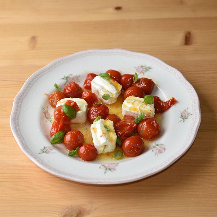 Caprese salat med en tvist (tomater med philadelphia) Porsjoner Tid Vanskelighetsgrad 4 - 8 15 min. Enkel Ingredienser: 200 g Cherrytomater 4 ss Olje (oliven) 4 x 80 g Philadephia oster Basilikum Salt Slik gjør du: 1 Sett ovnen på 200 grader 2 Ha tomatene i ei ildfastform - Drypp over olivenoljen - La dem steke i ca 5 min. (200 grader) Til tomatene er blitt myke 3 Legg opp de små ostene på et serveringsfat - Hell over de varme tomatene, og - Hell over den varme oljen 4 Legg på Basilikumblader, og - Saerver