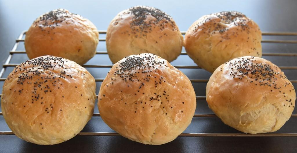 Lyse rundstykker med cottage cheese i deigen Ingredienser: 50 g Smør 5 dl Melk (skummet) 50 g Gjær 1 bx Cottage cheese 1 ½ ts Salt 1 kg Hvetemel (ca 17 dl) Egg (til pensling) Valmuefrø (ti lpynt)