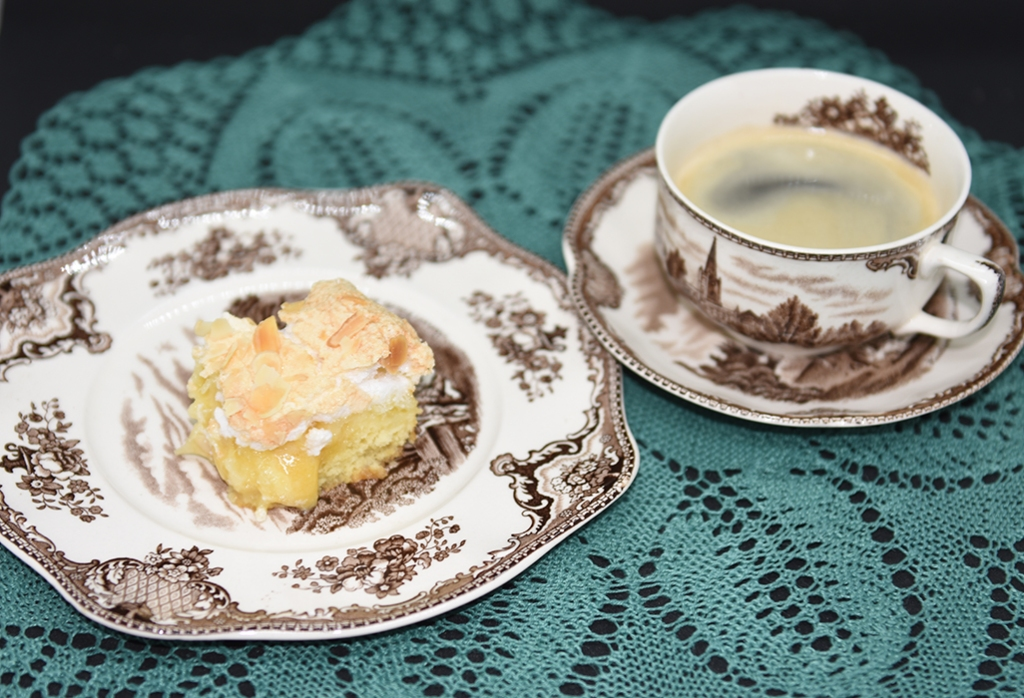 Mormors ananasruter Ingredienser: 100 g Smør 1 ½ dl Sukker 2 Eggeplommer 1 Egg 1 Appelsin (skall) 2 dl Hvetemel ½ dl Potetmel ½ ts Bakepulver