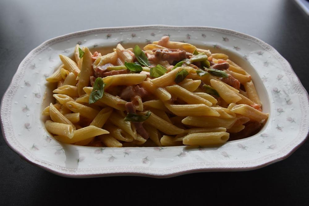 Pasta med spekeskinke Ingredienser: 4 skiver Spekeskinke (ca. ¼ - ½ cm tykke) 4 Tomater (store og godt modne) ¼ - ½ Purreløk 100 g Sjampinjong a3 dl Kremfløte 100 g Parmesan (revet) Basilikumblader (friske) 500 g Penne