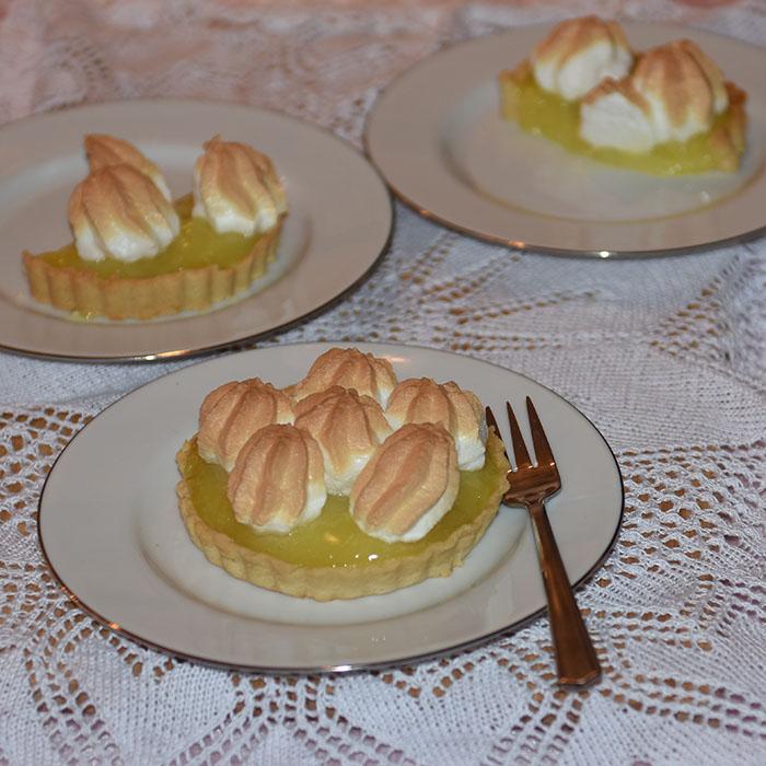 Lemon Meringue Tart eller sitron marengs pai Ingredienser: Paibunnen: 150 g Smør ⅓ cup Sukker (0.8 dl) ½ ts Vaniljeekstrakt 1 Egg 2 cups Hvetemel (5.5 dl) ½ ts Bakepulver 1 knivsodd Salt Sitronfyllet: 2 ss Maisenna ¾ cup Sukker (1.8 dl) 1 Sitron (saften & skall) 2 Eggeplommer 1 cup Vann (2.5 dl) 2 ss Smør (mykt) Marengsen 3 Eggehviter ⅓ cup Sukker