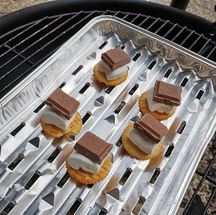 Verdensbeste S'mores Ingredienser: 1 Pakke Ritz 1 Melkesjokoladeplate med kvikklunsj i 1 Pakke marshmallows