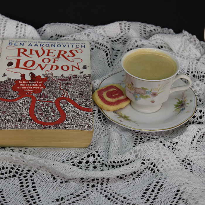 Aronwitch, Ben (2011) «Rivers of London», Gollancz og Vognhjul kjeks Ingredienser: 125 g Smør 150 g Sukker 1 Egg 200 g Hvetemel Rød konditorfarge