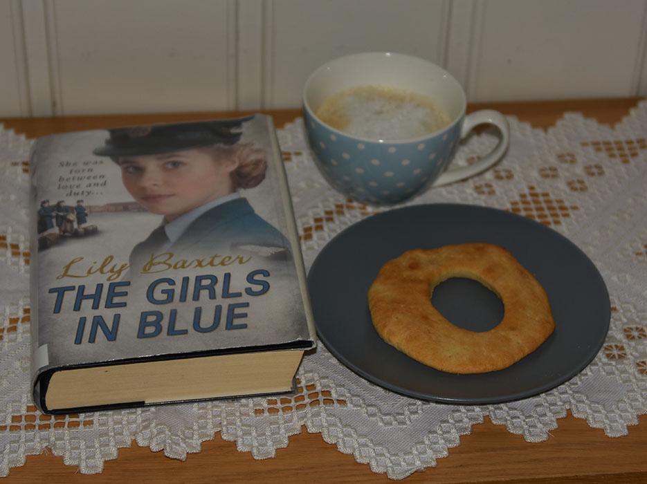 Baxter, Lilly (2012) «The girls in blue», Arrow books OG Knekkebrød med polenta Ingredienser: 25 g Gjær 75 g Smør 2 ½ dl Melk 1 ts Salt 1 ss Sukker 1 dl Polenta 2 ts Hornsalt Ca 6 dl Hvetemel