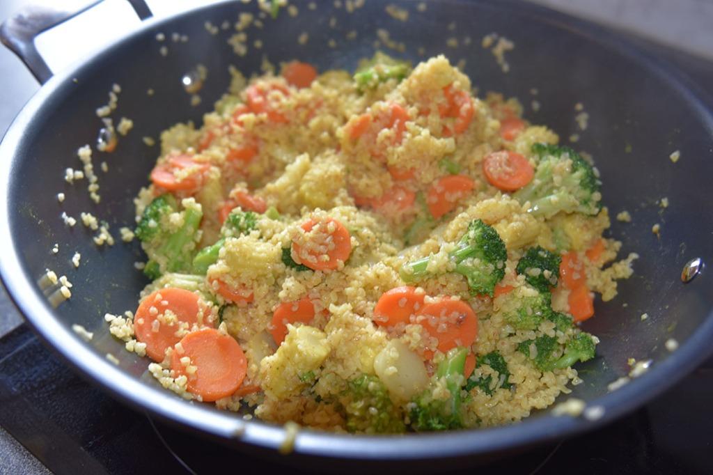 Bulgur med grønnsaker Ingredienser: 2 dl Bulgur Buljong 5 dl Wokgrønnsaker 1 ts Karri ½ ts Spisskummen Olje (nøytral) Tilbehør 1 dl Yoghurt (naturell) Mynte (vakgfritt)