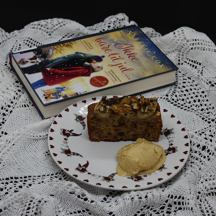 Cox, Natalie (2019) «Ikke bare til jul», Aschehoug OG KRISTINS BANANBRØD Ingredienser: 2 ½ dl Hvetemel 2 ts Bakepulver 1 ts Vaniljesukker 1 ts Kardemomme (valgfritt) 2 Egg 1 ½ dl Sukker 50 g Smør 1 dl Melk 40 g Kokesjokolade (mørk, hakket) 40 g Valnøtter 2 Bananer (godt modne, gjerne med brune flekker) Topping: 10 g Kokesjokolade (mørk, hakket) 10 g Valnøtter 1 Banan