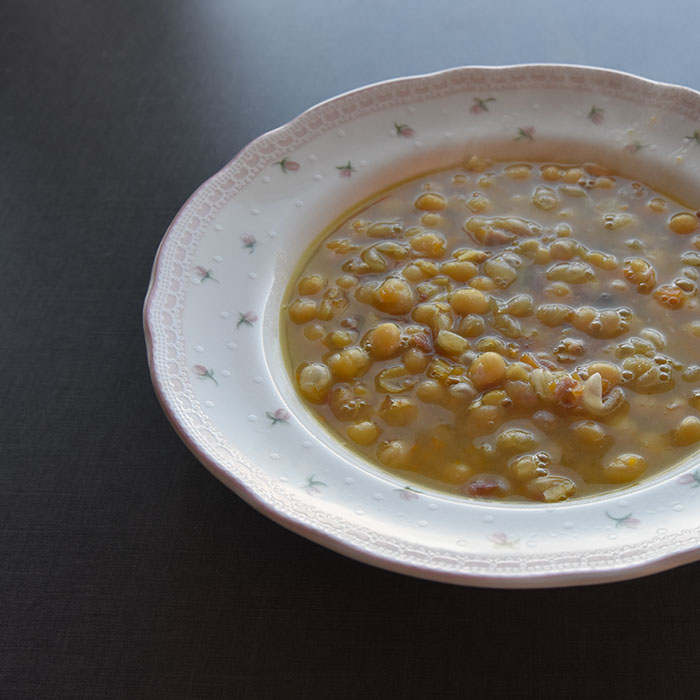 Ertesuppe Ingredienser 1 kg Erter 1 Svineknoke eller kotelettbein /spekeskinke ol 2 Løk 3 Gulerøtter 1 stilk Stangselleri Salt