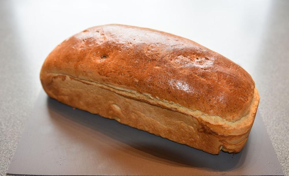 Formloff (mormors) Porsjoner: Tid: Vanskelighetsgrad 2 brød 3 timer Enkel Ingredienser 50 g Smør (smeltet) 7 dl Melk (lunken) 1 pk Gjær 1 kg Hvetemel (ca. 16 ½ dl ) 1 ts Sukker ½ ts Salt 2 ss Fløte (til pensling)