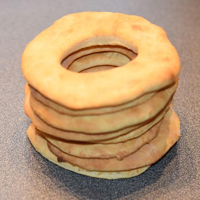 Knekkebrød med polenta Ingredienser: 25 g Gjær 75 g Smør 2 ½ dl Melk 1 ts Salt 1 ss Sukker 1 dl Polenta 2 ts Hornsalt Ca 6 dl Hvetemel