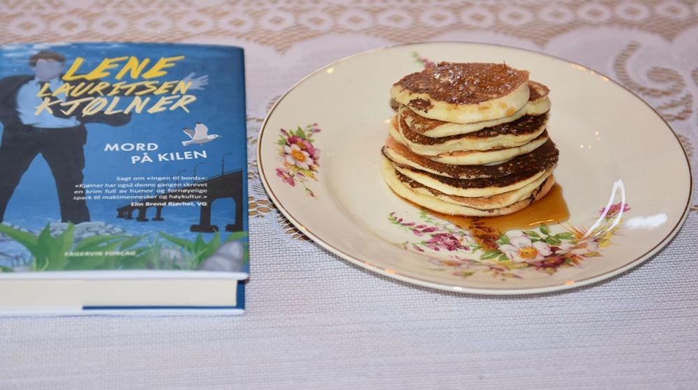 Kjølner, Lene Lauritsen (2019) «Mord på kilen», Fagervik forlag og Pannekaker med ricotta og sitron. Ingredienser: 3 Egg (delte) 4 dl Melk 1 Sitron (saft og skall) 275 g Hvetemel 2 ss Sukker 1 ½ ts Bakepulver 1 bx Ricotta (250 g)