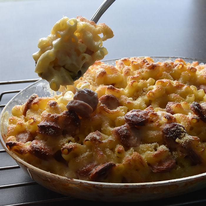 MAC andd Cheese med pølse Ingredienser: 3 dl Makaroni 2 ss Hvetemel 5 dl Melk 1 ts Fond eller Buljong (-pulver) 150 g Cheddar (nyrevet) 50 g Parmesan (nyrevet) 3-5 Pølser