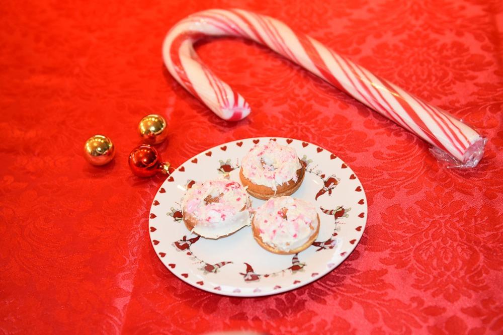 MiniDonuts stekt i donutsmaker Ingredienser: 400 g Hvetemel 3 ts Bakepulver 250 g Sukker 3 ts Vanljesukker 2 Egg 2 ½ dl Melk 15 g Smør (smeltet) Topping: 150 g Hvit sjokolade 2 dl Candy cane - knust (til strø)