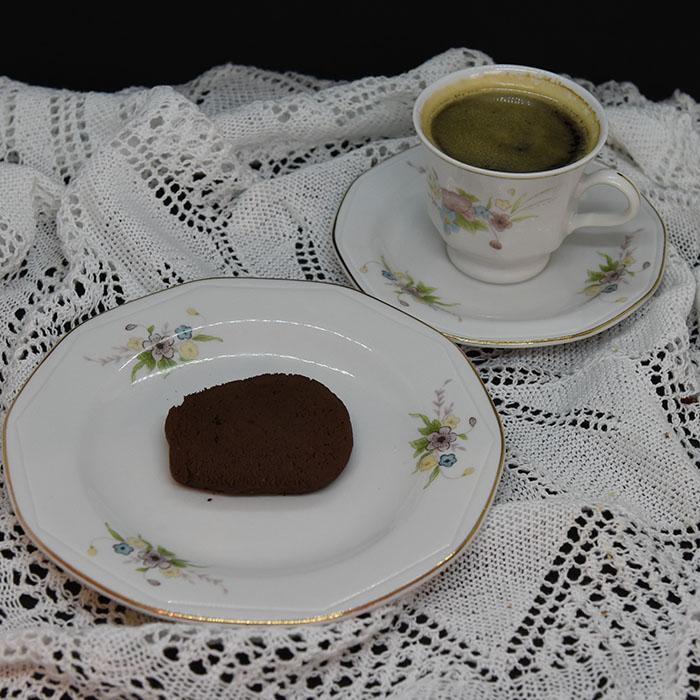 Sjokoladekjeks Ingredienser: 225 g Smør (romtemperert) 1 ¼ dl Sukker (hvitt) 2 ½ dl Sukker (brunt) 2 ts Vaniljesukker 2 Egg 5 dl Hvetemel 1 ¼ dl Kakaopulver 1 ts Natron