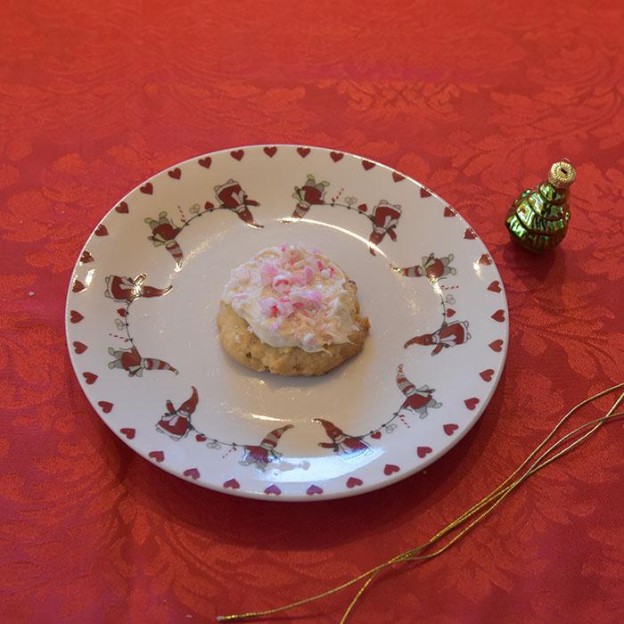 Candy cane snøball kjeks Ingredienser: 225 g Smør 1 ¼ dl Sukker 2 ts Vaniljesukker 1 ts peppermyntearoma 5 dl Hvetemel 2 ½ dl Mandler (hakkete og ristede) Pynt: 150 g Hvit sjokolade 2 dl Candy cane - knust (til strø)