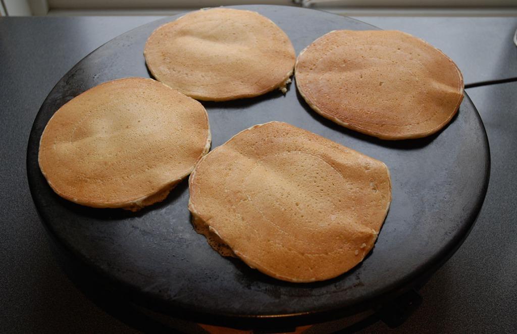 Sveler Ingredienser: 4 Egg 10 dl Kulturmelk 1 ½ dl Sukker 10 dl Hvetemel 75 g Smør 1 ½ ss Natron Smørkrem: 100 g Smør (romtemperert) 60 g Melis 60 g Sukker