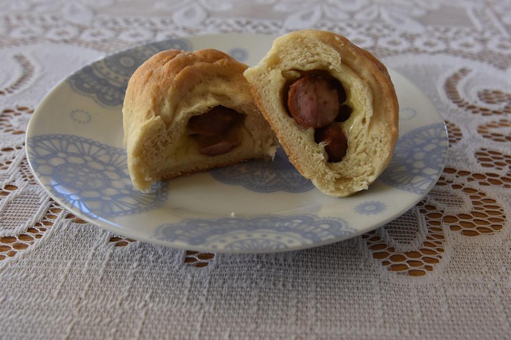 Pølsehorn  Ingredienser  1 porsjonHorn (trykk her for oppskrift) 6-8Pølser 32 skiverHvitost