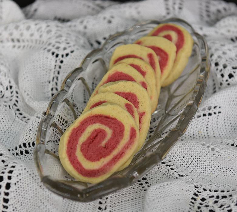 Vognhjul kjeks Ingredienser: 125 g Smør 150 g Sukker 1 Egg 200 g Hvetemel Rød konditorfarge