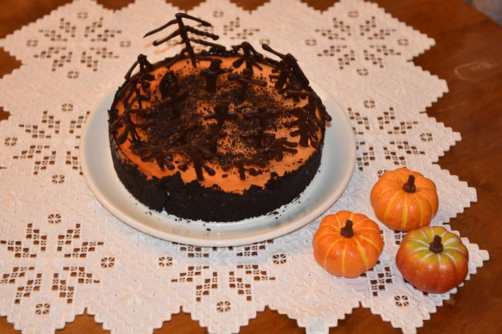 Appelsin- og oreo- ostekake til Halloween Ingredienser Kjeksbunn: Ca 300 g Oreokjeks med fyll 80 g Smør (smeltet) Ostekrem: 3 ½ pl Gelatin 3 dl Appelsinjuice 3 dl Kremfløte 225 g Fløteost 115 g Melis 3 dl Rømme Sjokoladepynt; 75 g Kokesjokolade 1 Sprøytepose Gelelokk 3 ½ pl Gelatin 3 dl Appelsinjuice 40 g Sukker Orange konditorfarge (valgfritt) Tips: - Du kan erstatte 3 ½ plater gelatin og 3 dl juice (og 40 g sukker) med 1 pakke appelsingele, som du blander ut i 2 ½ dl vann. Det kan du gjøre både for ostekremen og for gelelokket. - Du kan bruke Oreokjeks i pakke, du trenger da 2 pakker til bunnen https://heidisboble.no/