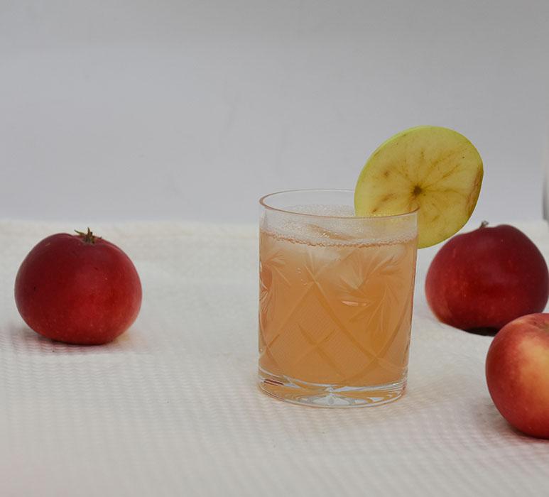 Eplesaft Ingredienser: 1 kg Epler (godt modne) 2 dl Vann 200- 400 g Sukker (pr. liter saft) 1 krm Natriumbensoat (pr. liter saft - Valgfritt)