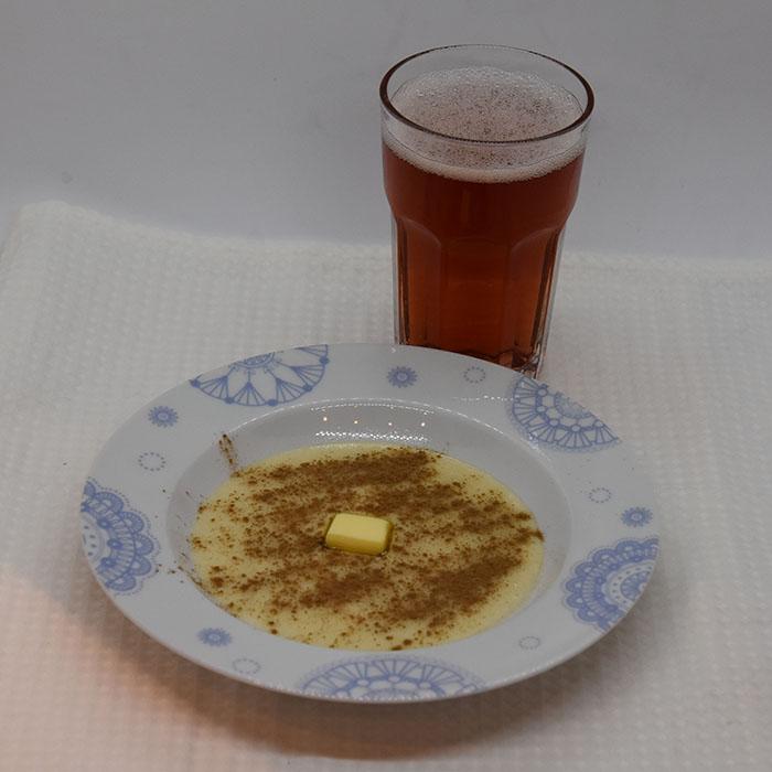 Fløyelsegrøt Ingredienser: 1-2 ss Smør (25-50 g) 2 dl Hvetemel 10 dl Melk ¼ ts Salt Tilbehør: Sukker Kanel Smør Rød saft (valgfritt)