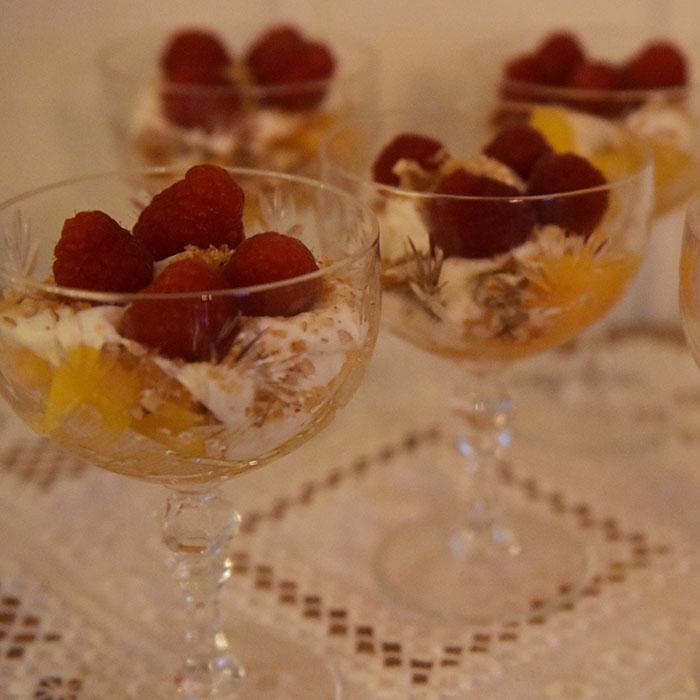 Fersken og bringebær med hvit sjokoladeyoghurt Ingredienser: 1 pk Bringebær (ferske) 4 Fersken (skjært i biter) 75 g Hvit sjokolade 200 g Gresk yoghurt (romtemperert) 50 g Pekannøtter 100 g Sukker