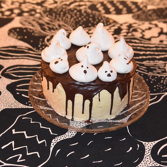 Blodig Halloweenkake - blodkake -vaniljekake med sjokoladetopping og sveitsisk marengssmørrem Ingredienser: Kakebunner: 7 ½ dl Hvetemel (400 g) 4 ts Bakepulver 2 ½ dl Melk 2 ts Vaniljesukker 12 ss Smør (romtemperert) (1 ss 15 g / 12 ss= 180 g) 6 Eggehviter (romtemperert) (1 = 30 g/ 6 =180 g) – 2 dl 3 ½ dl Sukker (300 g) Sitronlake: 4 Sitroner (ca. 1 ½ dl saft) 1 dl Sukker Sveitsisk Smørkrem 6 • Eggehviter (romtempererte) 3 ½ dl • Sukker (300 g) 450 g • Smør Bringebær saus: 1 pk Bringebær (frosne ca 340 g) 1 ½ dl Sukker 1 dl Vann 1 ts Vaniljesukker 2 ts Maisenna 1 ss Smør Sjokoladetopping: 2 dl Kremfløte 200 g Kokesjokolade