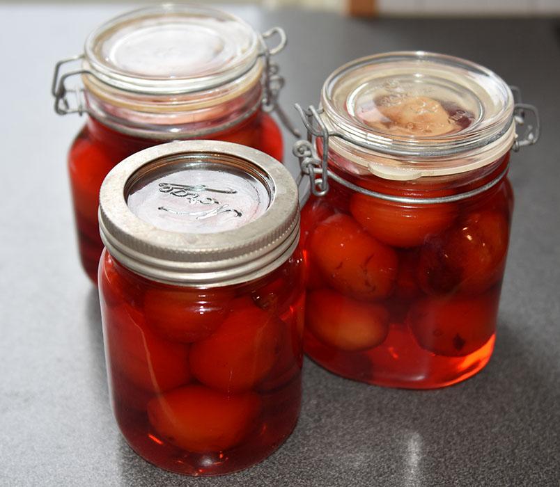 Hermetiske plommer Ingredienser: Plommer Sukkerlake: 10 dl Vann 700 g Sukker ½ ts Askorbinsyre Valgfritt: Epleskiver