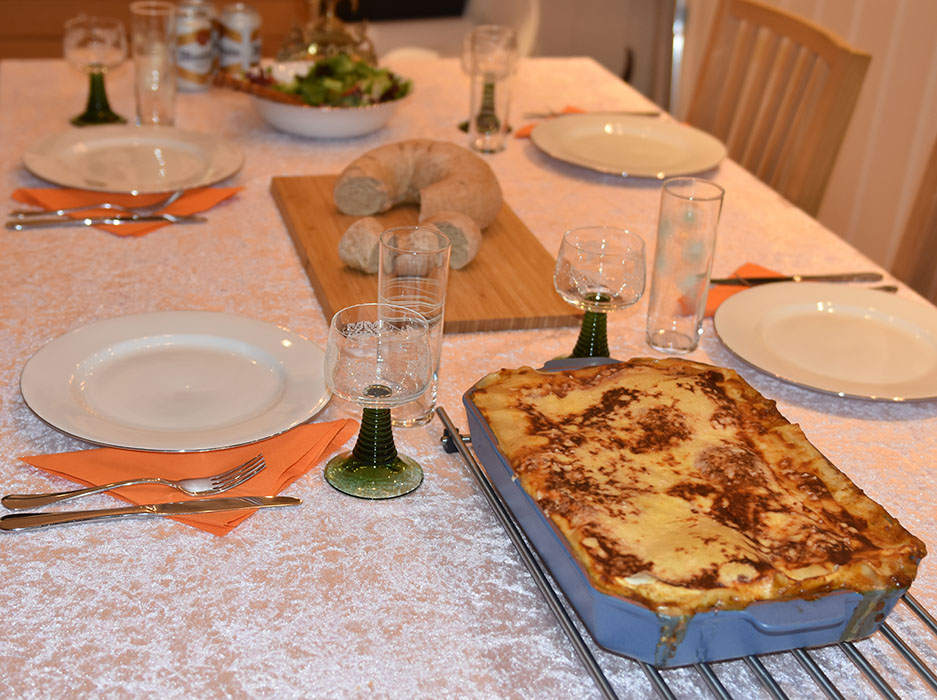 Lasagne al forno Ingredienser: Kjøttsaus: 2 ss Oliven olje 1 Løk 1 Gulrot 1 stilk Stangselleri 1 fedd Hvitløk ½ Chili (rød – uten frø) eller (kajennepepper) 350 g Kjøttdeig 50 g Bacon (kan sløyfes) 2 bx Hermetiske tomater 1 dl Vann (eller hvitvin) 1-2 Buljongterninger ½ - 1 ts Sukker Bladpersille (hakket) Salt og Pepper Ostesaus: 4 ss Hvetemel 8 dl Melk 1 ts Salt ½ ts Pepper 100-200 g Ost (revet) https://heidisboble.no/