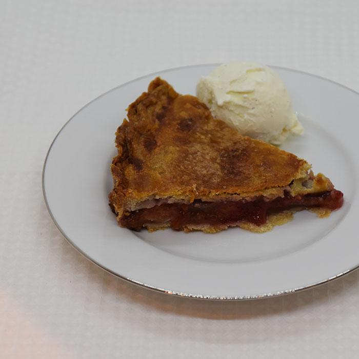 Plommepai Ingredienser: Paibunn og - lokk: 300 g Hvetemel 180 g Margarin 1 ss Sukker 3-4 ss Vann (iskaldt) 1 Egg (sammenvispet) ½ ss Sukker Paifyllet: 1 kg Plommer (i biter) 2 ½ dl Sukker 1 dl Hvetemel 2 ts Kanel (malt) 1 ts Muskatnøtt (malt)