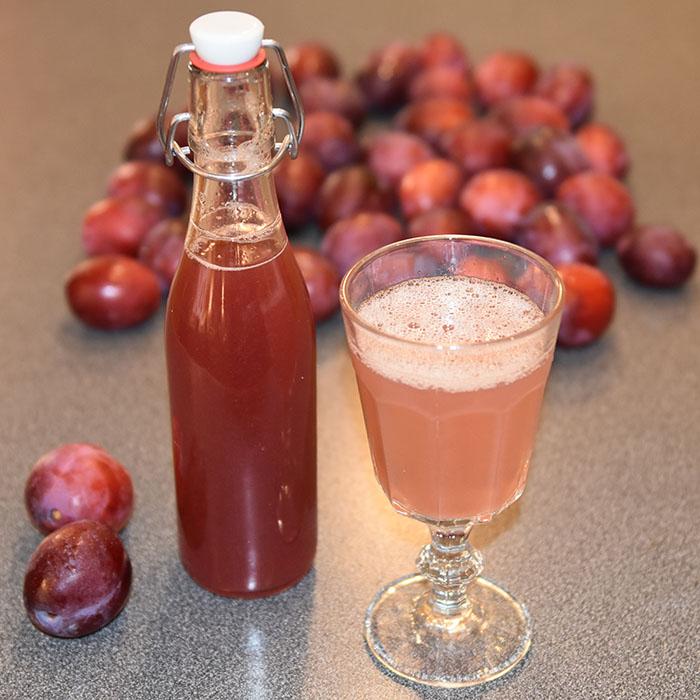 Plommesaft Ingredienser: 1 kg Plommer (godt modne) 2 dl Vann 200- 400 g Sukker (pr. liter saft) 1 krm Natriumbensoat (pr. liter saft - Valgfritt)