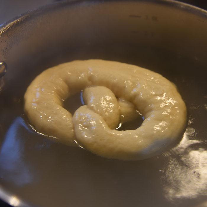 Pretzel (myke) Ingredienser: 2 ½ ts Tørrgjær 1 ¼ dl Vann (varmt ca. 38-45 grader) 1 ss Sirup (mørk) 450 g Hvetemel 1,2 dl Øl (pilsner) 2 ss Smør (romtemperert) 2 ts Salt 0,6 dl Natron 1 Eggeplomme 1 ss Vann (kaldt) Salt (flak eller korn)