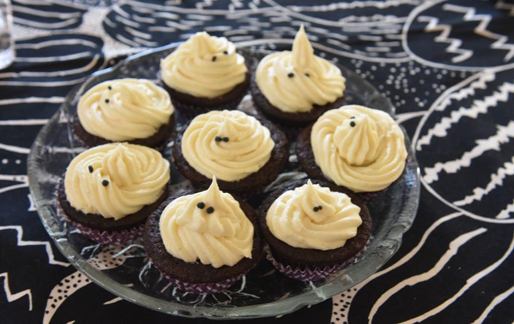 Mørke saftige sjokolademuffins - spøkelsesversjonen Ingredienser: 2 ½ Kaffe (varm og sterk) 2 ts Vaniljesukker 70 g Sjokolade (mørk) 2 Egg (romtempererte) 1 ¼ dl Olje (nøytral) 2 ½ Fløte 500 g Sukker 190 g Hvetemel 150 g Kakaopulver 1 ½ ts Natron ½ ts Bakepulver Hvit sjokoladeostekrem topping: 400 g Sjokolade (hvit) 350 g Smør (romtemperert) 200 g Melis 1 pk Philadelphiaost 1 ss Vaniljesukker 1 ss Limesaft (valgfritt)