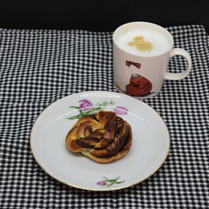 Sjokoladeknuter Ingredienser: 6 dl Melk 1 pk Gjær 1 kg Hvetemel 150 g Sukker 3 ts Flaksalt 3 ts Kardemomme 1 Egg 150 g Smør