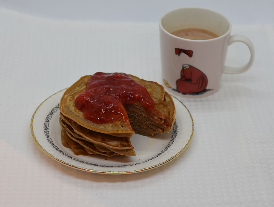Skotske pannekaker Ingredienser: 200 g Hvetemel 1 ts Bakepulver 1 ts Kanel ½ - 1 ss Sukker 1 Egg 3 dl Melk Smør til steking