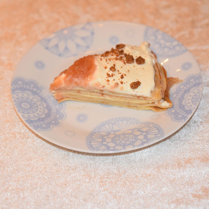 Tilslørte pannekaker Ingredienser: 2–3 ss Smør 3-4 ss Sukker 1 dl Strøbrød 1 ts Kanel 2 dl Eplemos (oppskriften på eplemos, TRYKK HER) 3 dl Fløte Pannekaker: 2 Egg 6 dl Melk 3 dl Hvetemel Smør