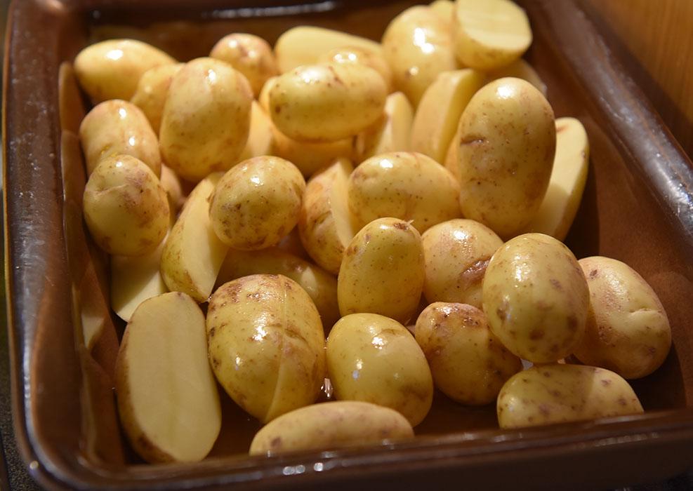 Bakte småpoteter Ingredienser: 450 g Nypoteter (små) 1 ss Olje (oliven) Salt https://heidisboble.no/ @heidisboble