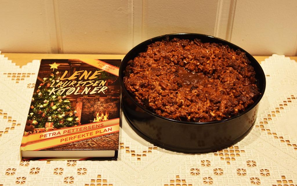 Berthas engelske Julekake oppskriften er hentet fra Kjølner, Lene Lauritsen (2020) «Petra Pettersens Perfekte plan», Fagervik forlag Ingredienser: 700 g Blandet tørket frukt (rosiner, sukat, korinter, aspikat, sukat, tranebær, syltete kirsebær, svisker, aprikos e.l. 8 ss Konjakk 1 sitron Skall og asft 250 g Smør 150 g Sukker (brunt) 6 Egg 280 g Hvetemel 100 g Mandler (malte) 2 ts Ingefær 2 ts Kardemomme 2 ts Kanel 150 g Marsipan (hakket) Topping: 280 g Blandet hakkete nøtter – valnøtter, cashewnøtter, hasselnøtter, mandler osv. 100 g Sirup Royal icing: 500 g Melis 1 Eggehvite (pisket) https://heidisboble.no/