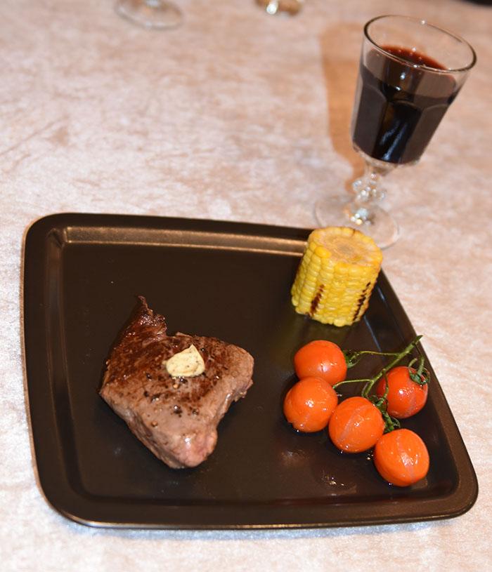 Steking av Biff Ingredienser: 150 – 200 g Biff pr. person Smør salt og pepper Kryddersmør Porsjoner Tid Vanskelighetsgrad 2-4 5 min. Enkel Ingredienser: 125 g Smør (mykt) 1 fedd Hvitløk (presset) 2 ss Persille (finhakket) ¼ Chili (rød, finhakket) https://heidisboble.no/ @heidisboble https://heidisboble.no/ @heidisboble